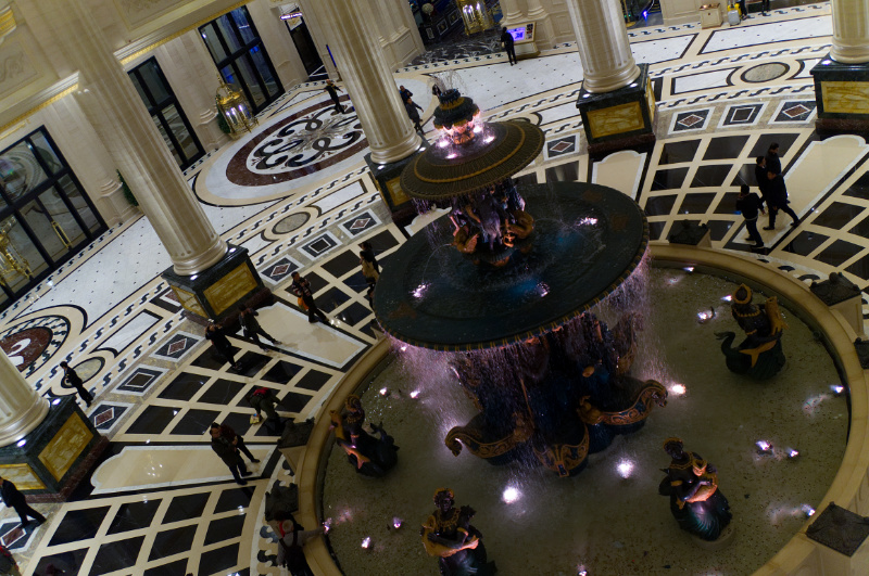 Macau: Die opulente Hotellobby des Paris-Casinos