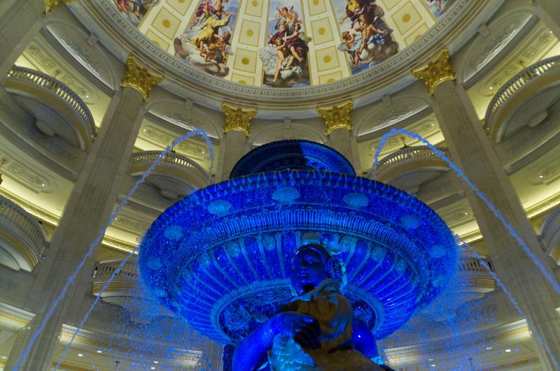 Macau: Springbrunnen in der Lobby des Paris-Casinos