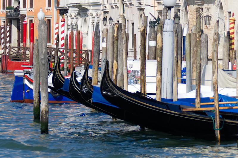 Venedig: Mehrere geparkte Gondeln