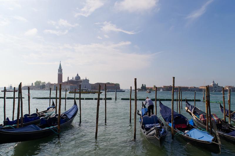 Venedig: Ein Gondoliere richtet seine Gondel her