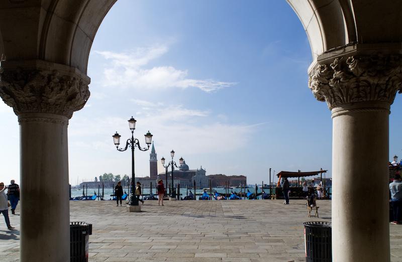 Venedig: Blick zwischen die Säulen des Dogenpalastes hindurch auf die Lagune