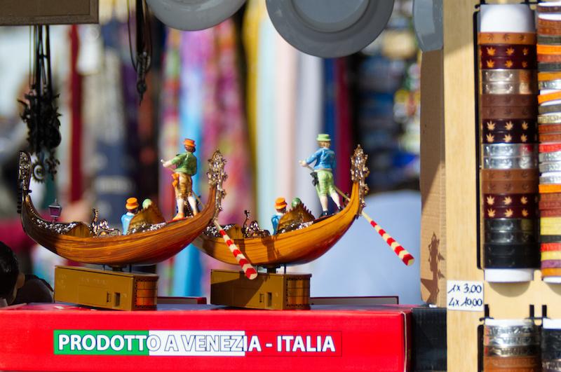Venedig: Kleine Plastikgondeln bei einem Souvenirstand