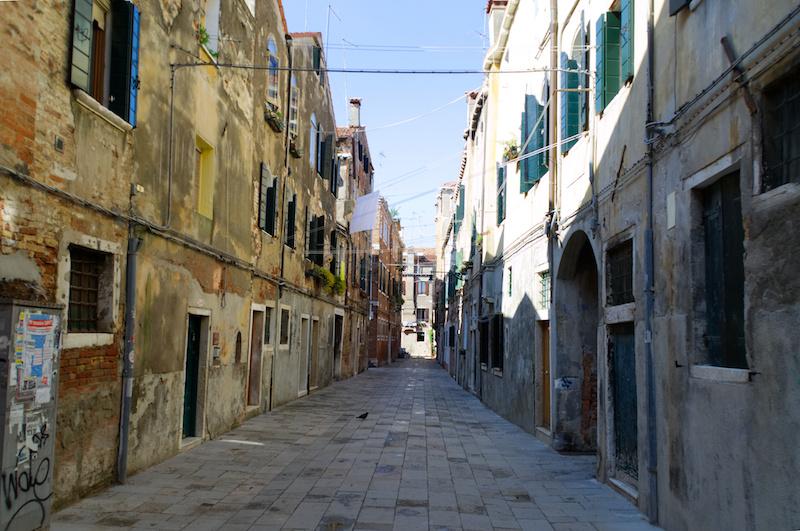 Venedig: Eine menschenleere Gasse