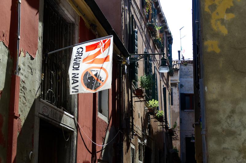 Venedig: Flagge No Grandi Navi vor einem Haus