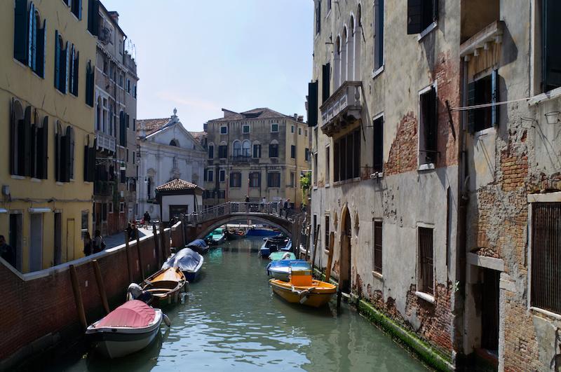 Venedig: Boote liegen ruhig in einem Kanal
