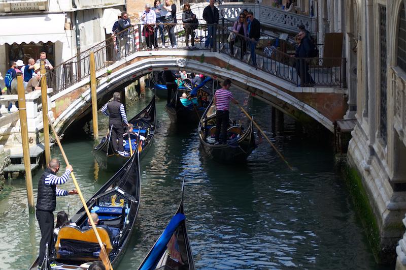 Venedig: Gondeln drängen sich auf einem Kanal, darüber eine Brücke