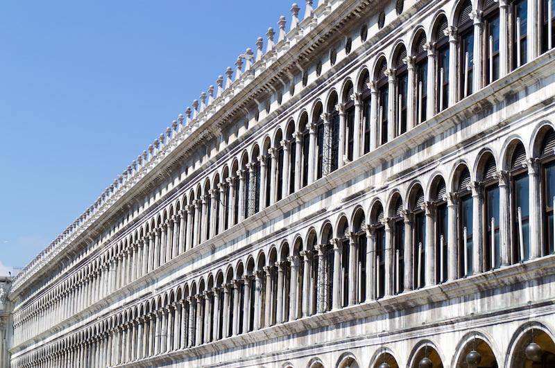 Venedig: Fensterreihen entlang des Markusplatz'