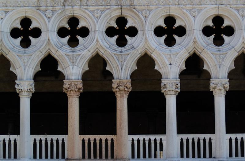Venedig: Säulengang am Dogenpalast