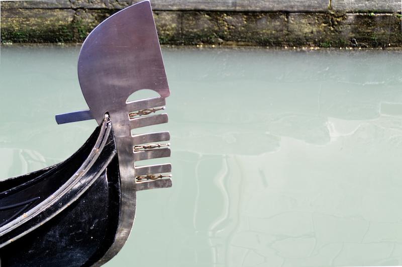 Venedig: Die silberne Spitze einer Gondel