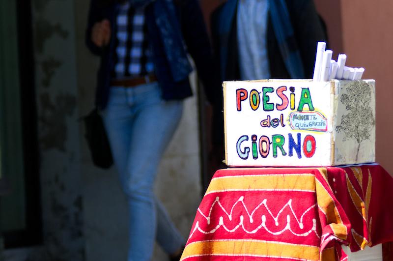 """Venedig: Schachtel mit der Buntstift-Aufschrift """"Poesia del Giorno"""""""