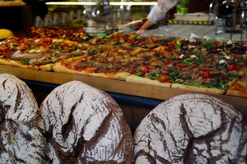Venedig: Pizza in der Auslage einer Bäckerei, davor Brote