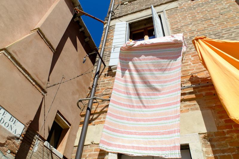 Venedig: Wäsche hängt vor den Fenstern