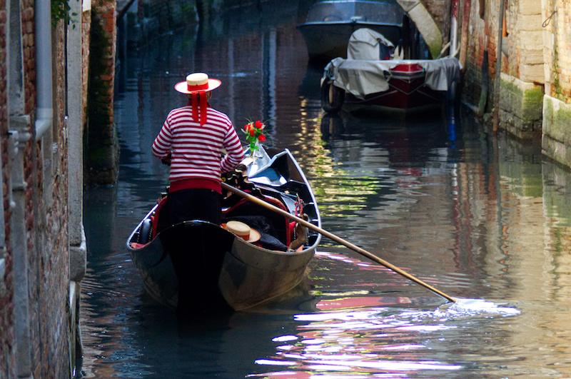 Venedig: Gondoliere in kleinem Kanal