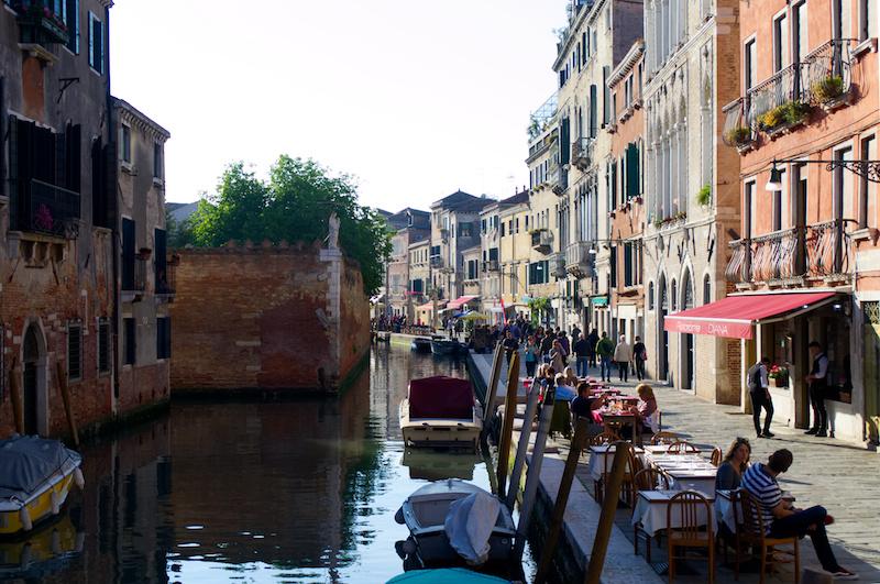 Venedig: Cafés direkt am Kanal