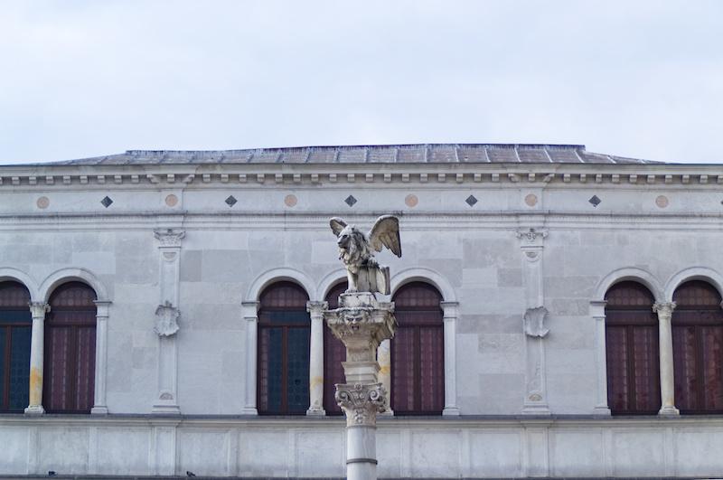 Padua: Der geflügelte Löwe Venedigs steht auf einer Säule auf der Piazza dei Signori