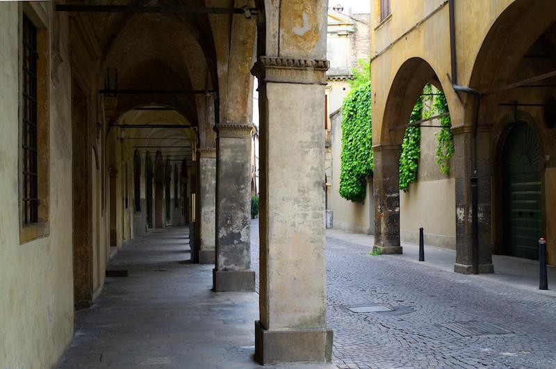 Padua: Arkadengang, an einer Mauer wächst Efeu