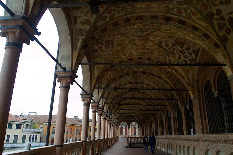 Padua: geschmückter Säulengang des Palazzo della Ragione