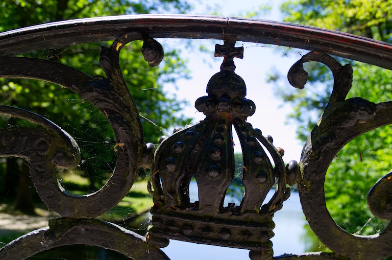 Brückengeländer mit Krone im Schlosspark Nymphenburg