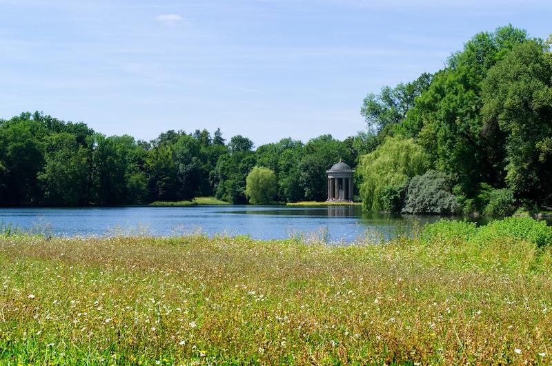 Das Monopteros jenseits des großen Sees im Schlosspark Nymphenburg