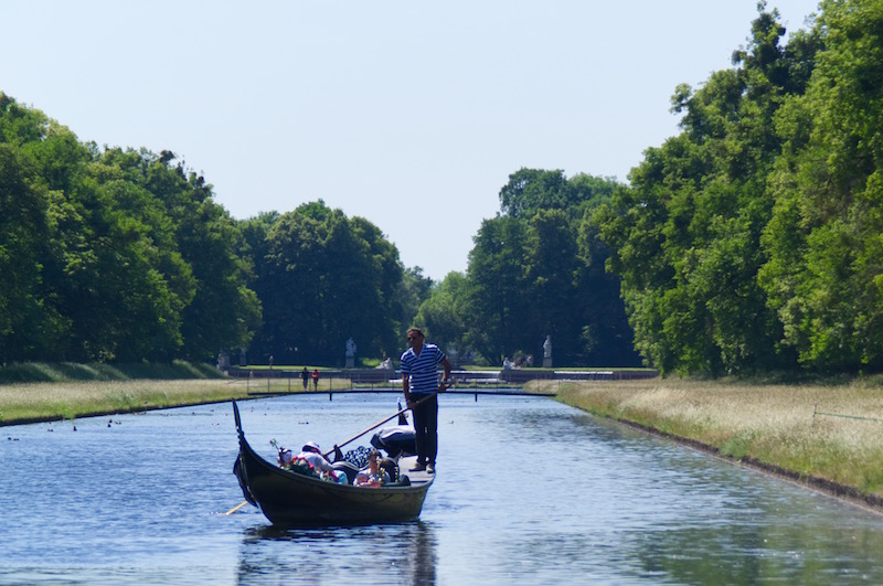 Venezianische Gondel auf dem großen Kanal im Schlosspark Nymphenburg