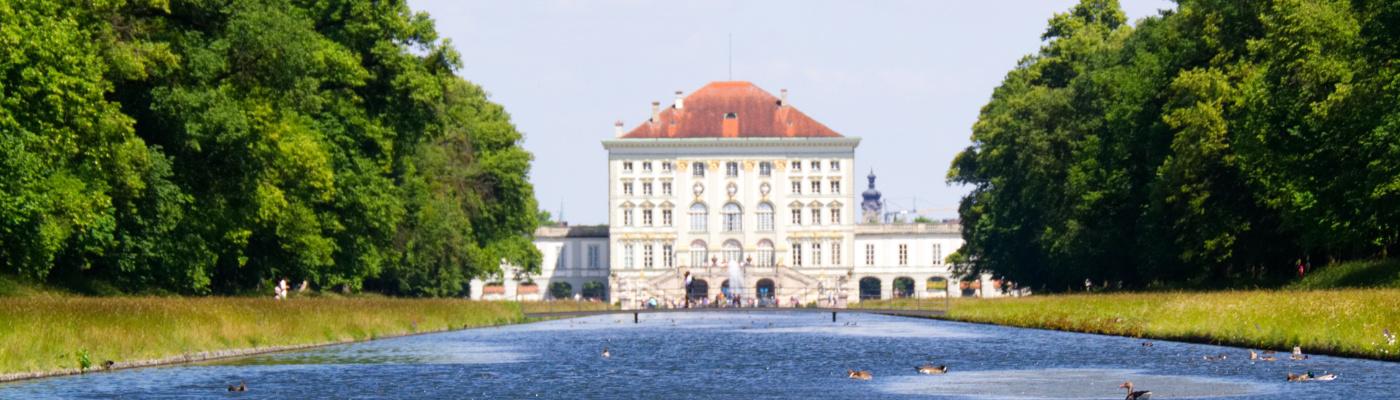 Das Schloss Nymphenburg vom Park aus gesehen