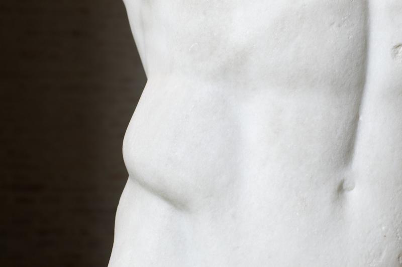 Glyptothek in München: Bauchpartie einer Marmorstatue
