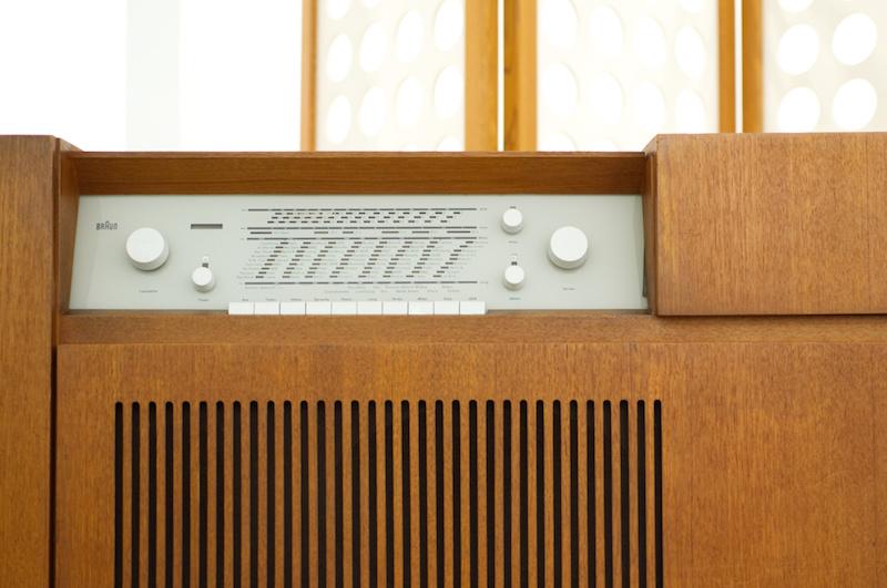 Pinakothek der Moderne: Geiles Design einer Braun-Audioanlage aus Holz