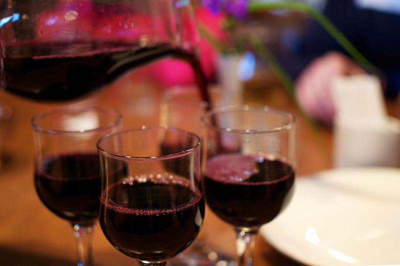 Wein aus einem kleinen Krug bei einer Weinprobe in Georgien