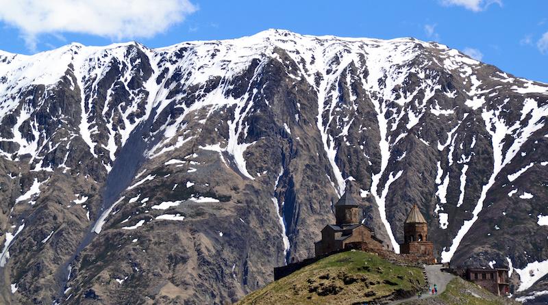Kloster vor spektakulärer Bergkulisse in Georgien