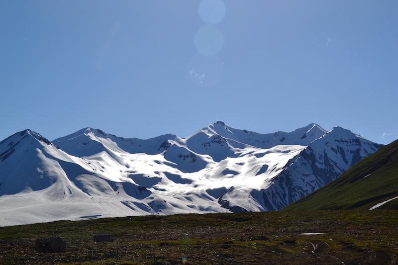 Passtraße mit schneebedeckten Gipfeln in Georgien
