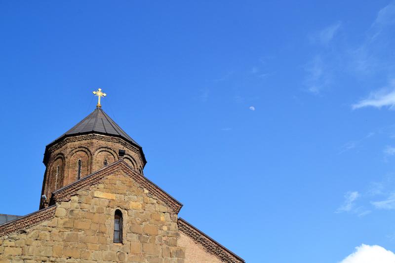 Orthodoxe Kirche und dahinter der Mond am Himmel