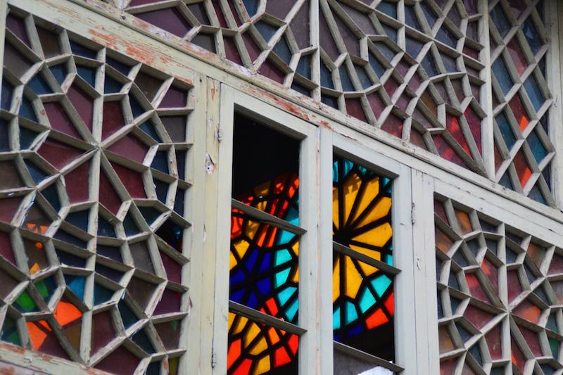 Buntglasfenster in einem alten Haus in Tiflis