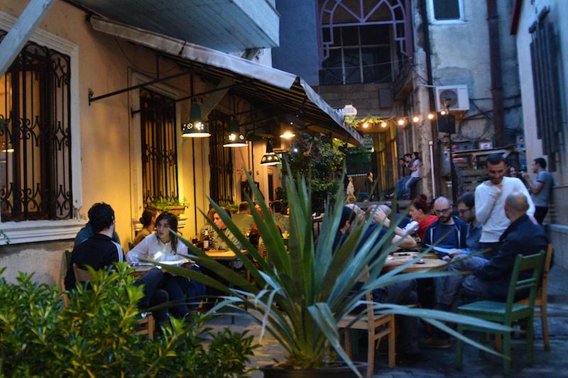 Abends in einem Hinterhoflokal in Tiflis