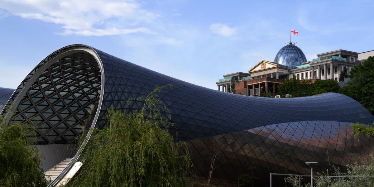 Präsidentenpalast und futuristisches Konzerthaus von Tiflis