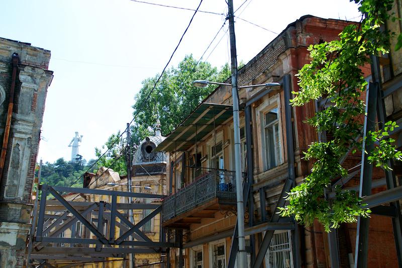 Die Altstadt von Tiflis ist halb verfallen, die Häuser müssen gestützt werden