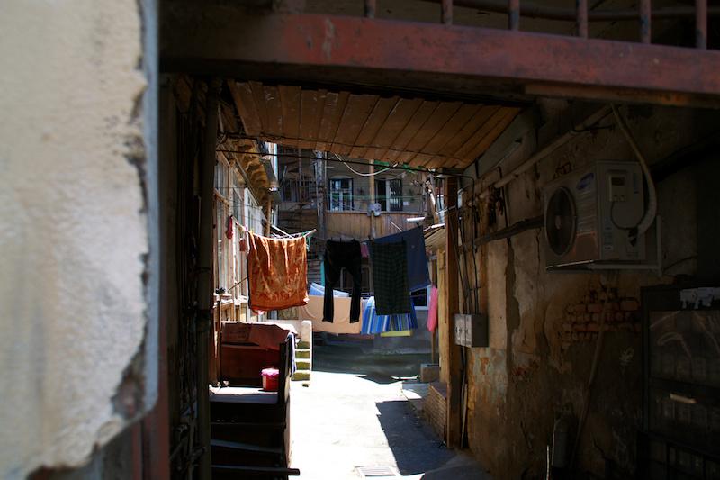 Hängende Wäsche in einem Hinterhof von Tiflis