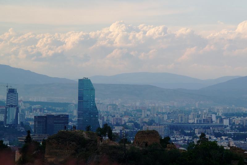 Blick über die Stadtsilhouette von Tiflis