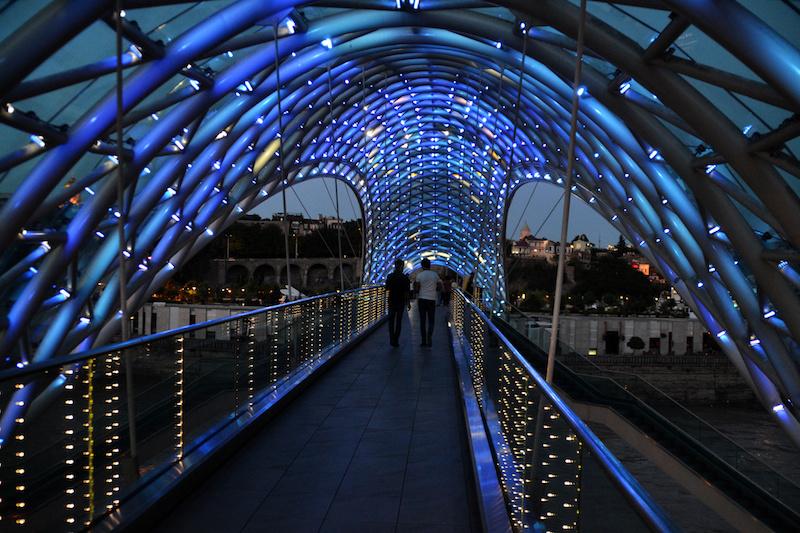 Die blau-beleuchtete Europabrücke in Tiflis am Abend