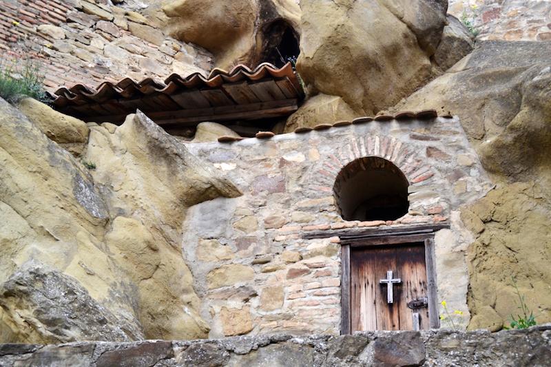 Eine kleine Kammer mit Kreuz an der Tür in David Gareja