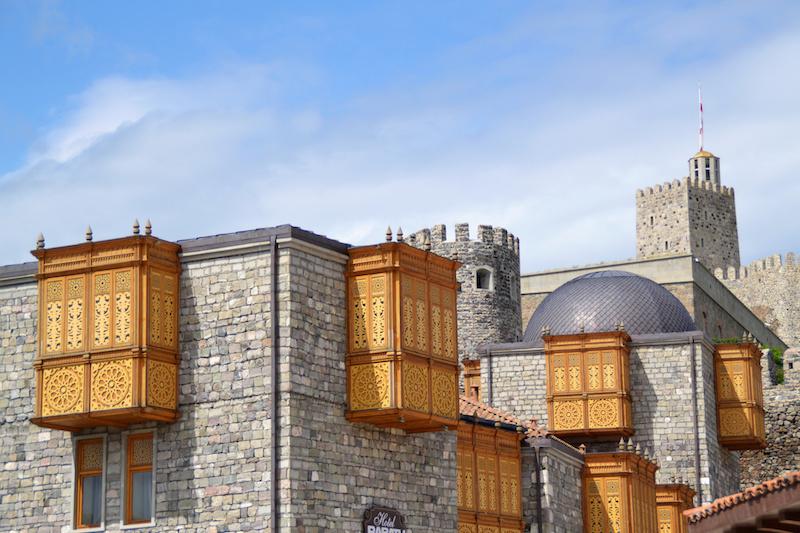 Hölzerne Balkone in der Festung Rabati
