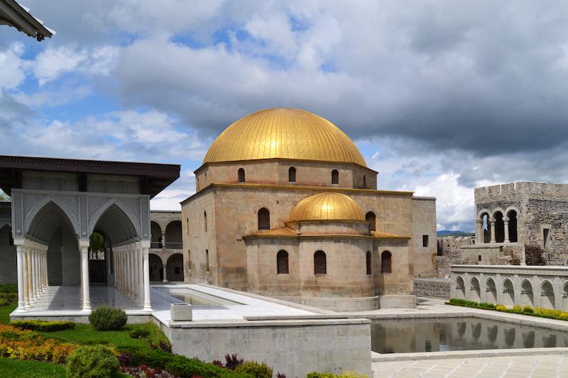Moschee mit goldenem Dach in der Festung Rabati