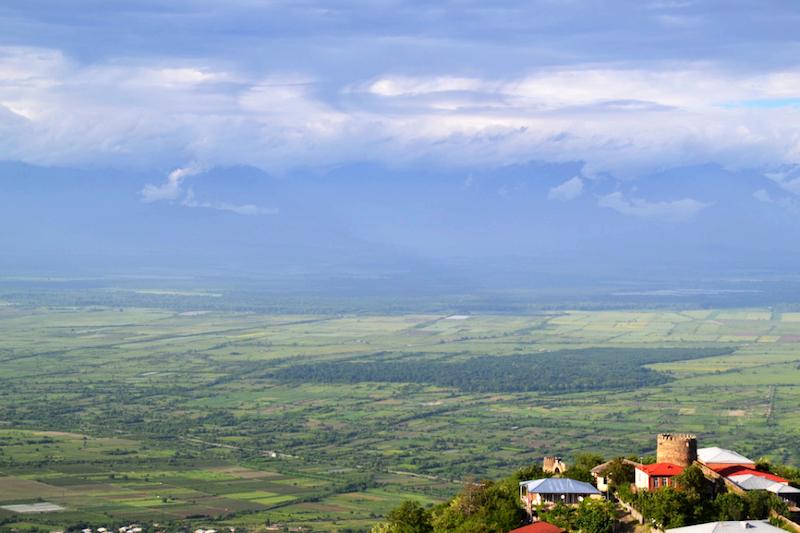 Blick von Signaghi aus in Richtung wolkenverhangener Kaukasus