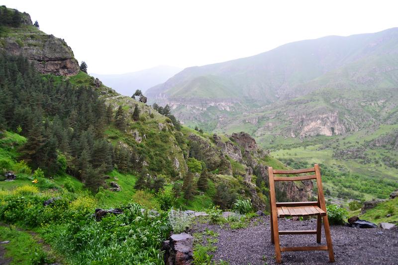 Ein einsamer Klappstuhl aus Holz vor dem Tal von Vardzia