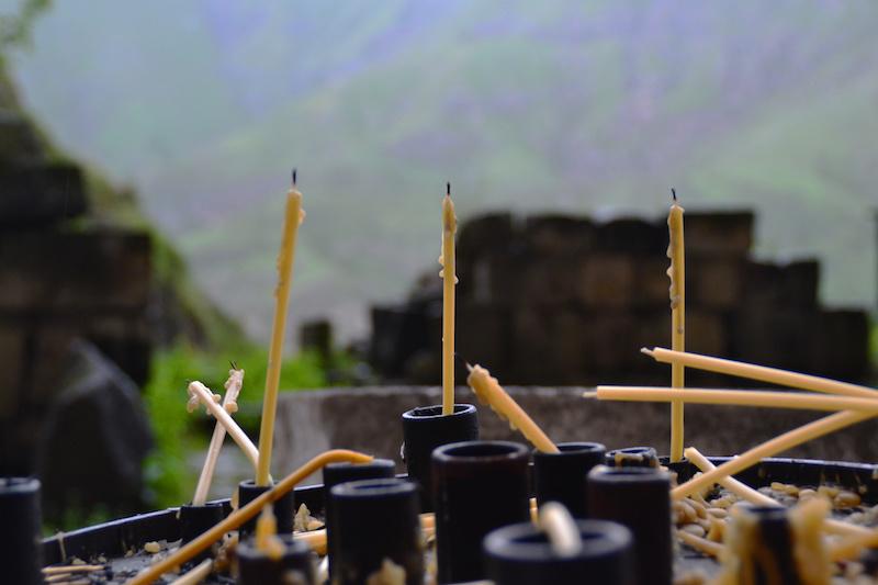 Kerzen vor einer Kapelle eines