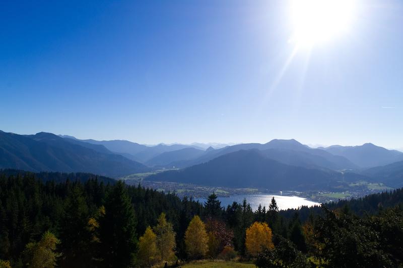 Der Tegernsee mit Alpenkamm und strahlender Sonne