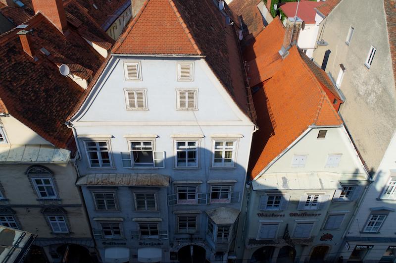 Blick auf die Dächer der alten Häuser von Graz