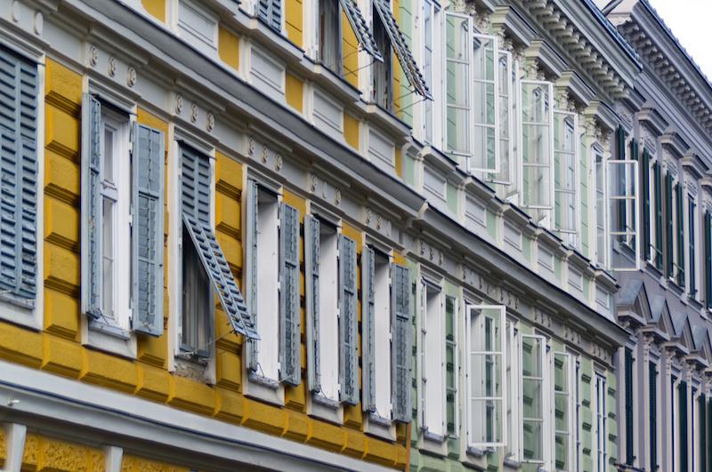 Reihen von Fenstern an Grazer Häusern