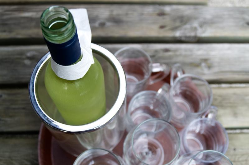 Eine Flasche Weißwein in einer Buschenschenke