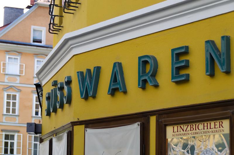 Schriftzug Süsswaren in der Altstadt von Graz