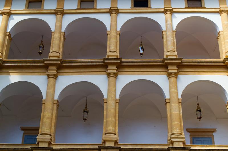 Arkadengänge im Innenhof von Schloss Eggenberg